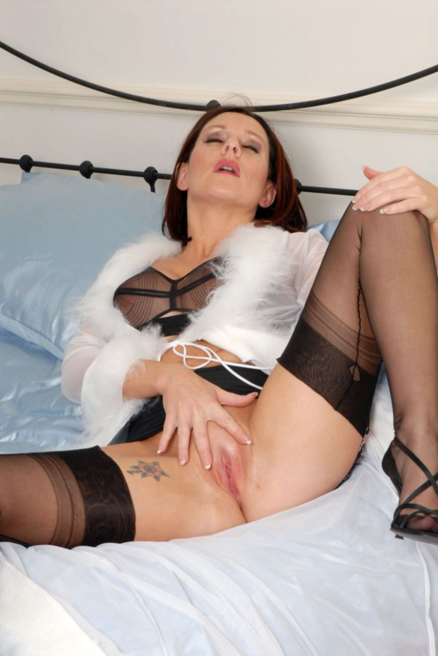 This kinky milf needs some anal stimulation 4