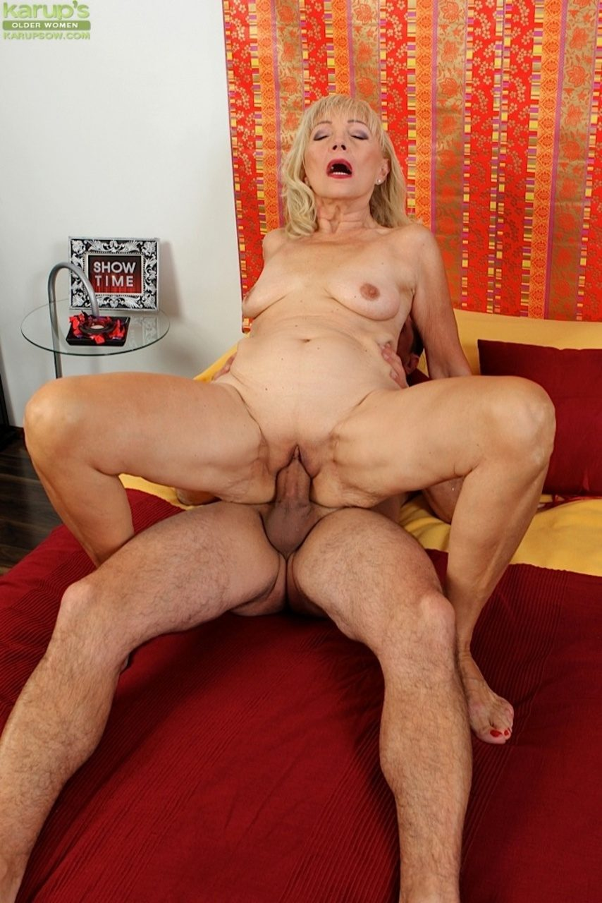 A beautiful slut with a nice fit body gets fucked in mid air - 1 6